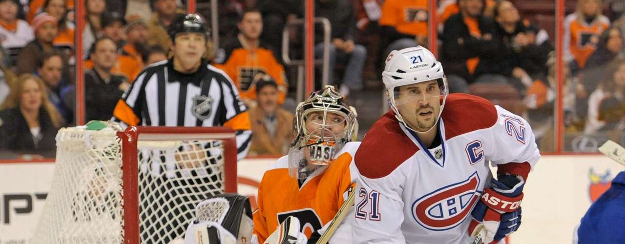 Dec 12, 2013; Philadelphia, PA, USA; Philadelphia Flyers goalie Steve Mason (35) and Montreal Canadiens right wing Brian Gionta (21) during the third period. The Flyers defeated the Canadiens, 2-1. Mandatory Credit: Eric Hartline-USA TODAY Sports