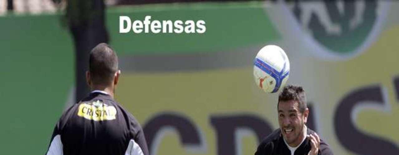 Héctor Tapia pidió un central pese a haber renovado a Luis Mena y Sebastián Toro. Tiene dos jugadores en carpeta, ambos extranjeros, por lo que, de fichar alguno, Damián Malrechauffe deberá salir para liberar el cupo foráneo.