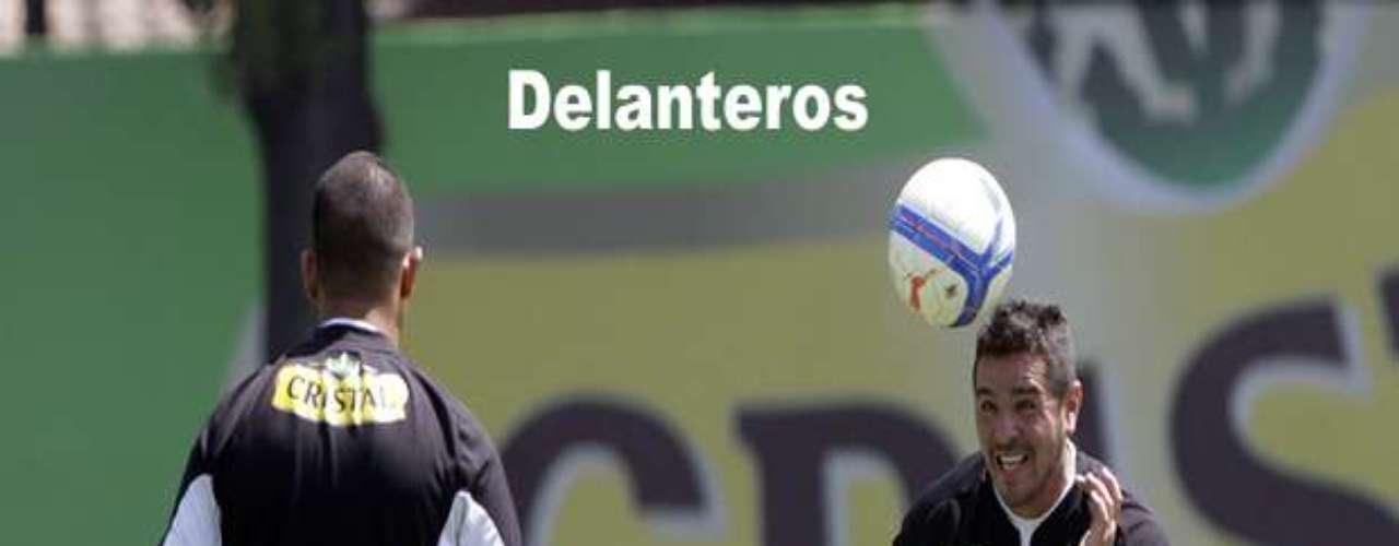 Las dos opciones que pidió Héctor Tapia son chilenas, por lo que no tendría la misma política que con los volantes y defensas. No obstante, de fichar un 9 de área, Javier Toledo deberá partir.