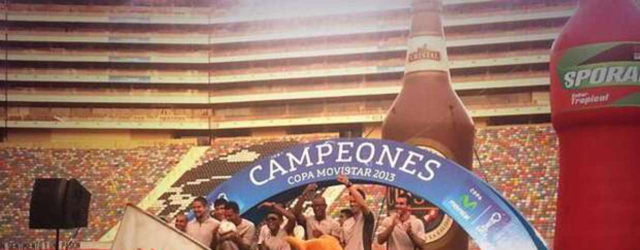 Universitario se reunió con sus seguidores en el Estadio Monumental para festejar su título nacional número 26. Los jugadores y el cuerpo técnico fueron muy ovacionado por los miles de hinchas que se acercaron al recinto crema