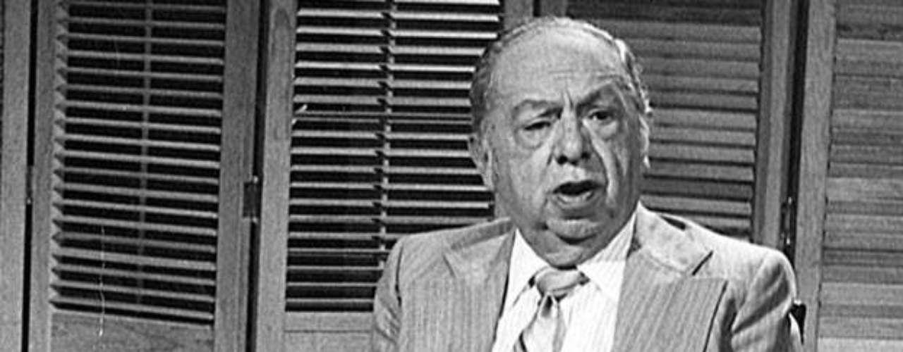 Don Fernando Marcos lo hizo todo: fue futbolista, entrenador, árbitro, productor de cine y, claro, cronista deportivo. Inició su carrera en radio en 1939 y en televisión en 1962. Autor del libro \