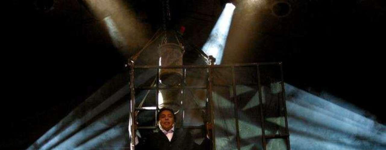 Diomedes Díaz llegó en una especie de jaula que bajó lentamente hasta llegar al escenario en su concierto en Bogotá en el año 2005.
