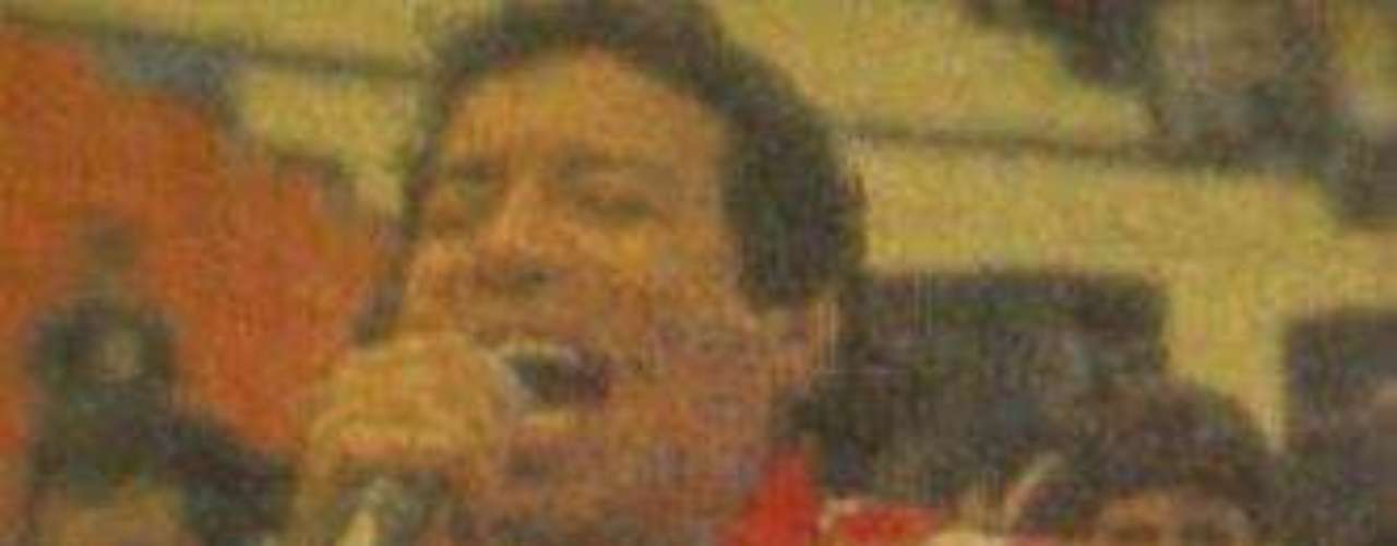 El cantante vallenato cantando con la camiseta del Junior de Barranquilla.