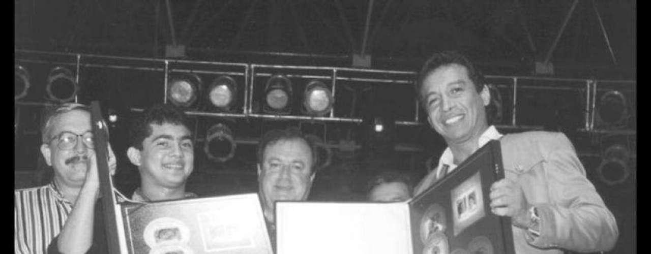 Diomedes Díaz conIván Zuleta, uno de sus acordeoneros, recibiendo el quíntuple disco de platino por las ventas de su álbum 'Un Canto Celestial'.