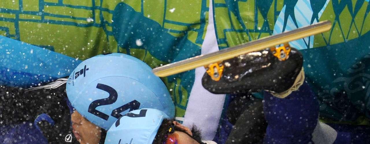Los surcoreanos Sung Si-Bak y Lee Ho-Suk fueron víctimas de la velocidad en Vancouver 2010, y sufrieron una fuerte caída en la final de los 1,500 m de patinaje de velocidad en pista corta.