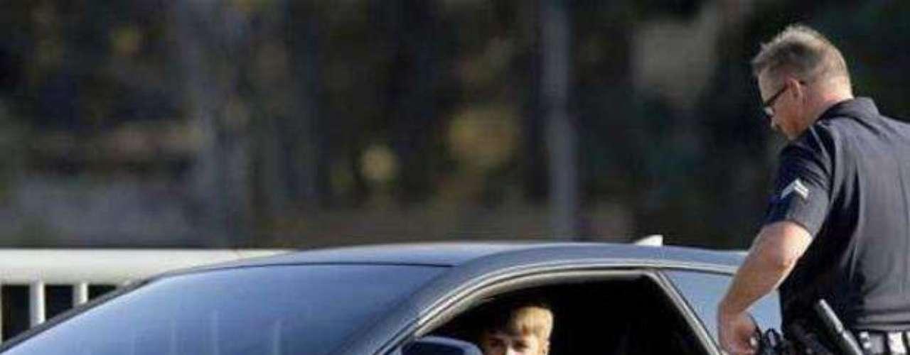 Conducir en estado de ebriedad.Justin Bieber fue arrestado por hacer carreras ilegales de autos, bajo los efectos del alcoholy resistirse a las autoridades el 23 de enero de 2014,después de supuestamente conducir a exceso de velocidad en una zona residencial de Miami Beach en un Lamborghini amarillo con una licencia de conducir expirada.