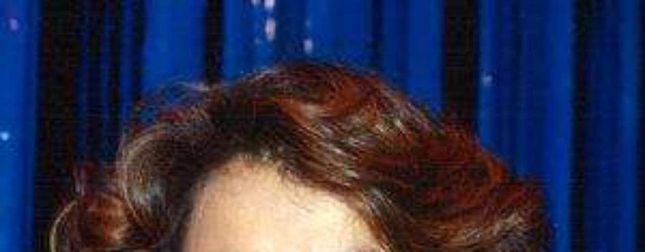Aún rodeada de tres galanazos, su bellezasobresalía y talento sobresalían y su fama seguíaen rápido ascenso. La artista también estuvo acargo del tema principal de la telenovela, quellevaba el mismo nombre de la producción.Después participó en 'Marielena', una producciónde Telemundo, motivo que significó su veto enTelevisa por 15 años.Lucía Méndezy la telenovela de sus memes y fotos eninternetLos 50 rostros más bellos delas telenovelasDivas de telenovelasque hicieron historia en la TV¿Triste realidad? Las estrellassin maquillaje