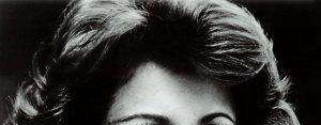 Estelarizó 'Colorina', melodramade éxito producido por Valentín Pimstein, el cualcausó cierto escándalo porque Méndez interpretabauna prostituta, por lo que tuvo que cambiarse suhorario de transmisión.Lucía Méndezy la telenovela de sus memes y fotos eninternetLos 50 rostros más bellos delas telenovelasDivas de telenovelasque hicieron historia en la TV¿Triste realidad? Las estrellassin maquillaje