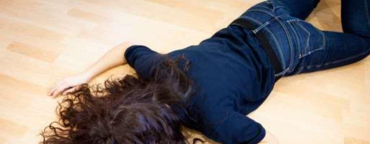 2. Te vas contra el suelo. Algo igual de embarazoso es caer en mitad de la calle. Lo peor es que te levantas cual rayo, para quedar digna (nadie te vea tirada en el suelo) y fingiendo que no te duele nada. Lo peor es cuando se te rompen las panties o el pantalón en la trágica escena.