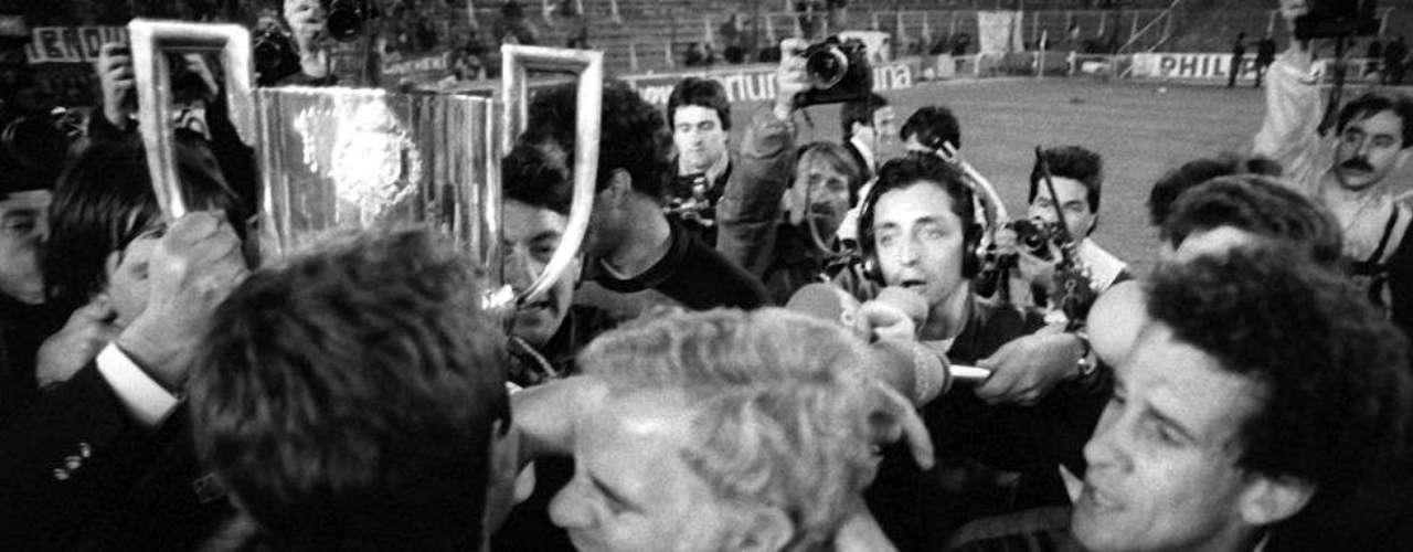 Luis Aragonés celebra la consecución dela Copa de 1988 con el Barçaante la Real Sociedad
