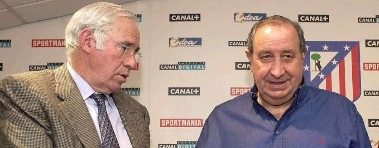 Luis Aragonés, junto a Jesús Gil, durante la firma de renovación con el Atlético en 2002 trasascender al equipo.