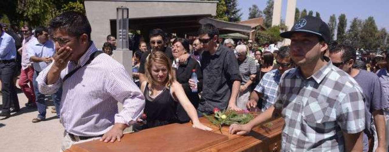 Escenas de profundo dolor se registraron este domingo en el funeral de Esteban Parada, realizado en el Cementerio El Prado, de la comuna de Puente Alto. El joven falleció tras varios días en agonía tras ser atacado el pasado 17 de enero en Bellavista con Pío Nono con un arma blanca, presuntamente en un ataque homofóbico.