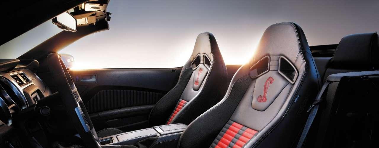 El Ford Mustang Shelby GT500 2014 ofrece dos juegos de ruedas de aluminio forjado, incluyendo ruedas únicas para los coches con los paquetes opcionales. Las ruedas delanteras de 19 pulgadas y traseras de 20 pulgadas frente son Goodyear Eagle F1 SuperCar G: 2.