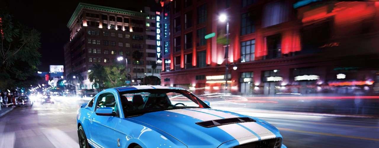El Ford Mustang Shelby GT500 2014 viene con un motor V8 de bloque de aluminio de 5.8 litros capaz de producir 662 caballos de fuerza y 631 lb-pie de par motor, por lo que es el más poderoso V8 de producción en el mundo.