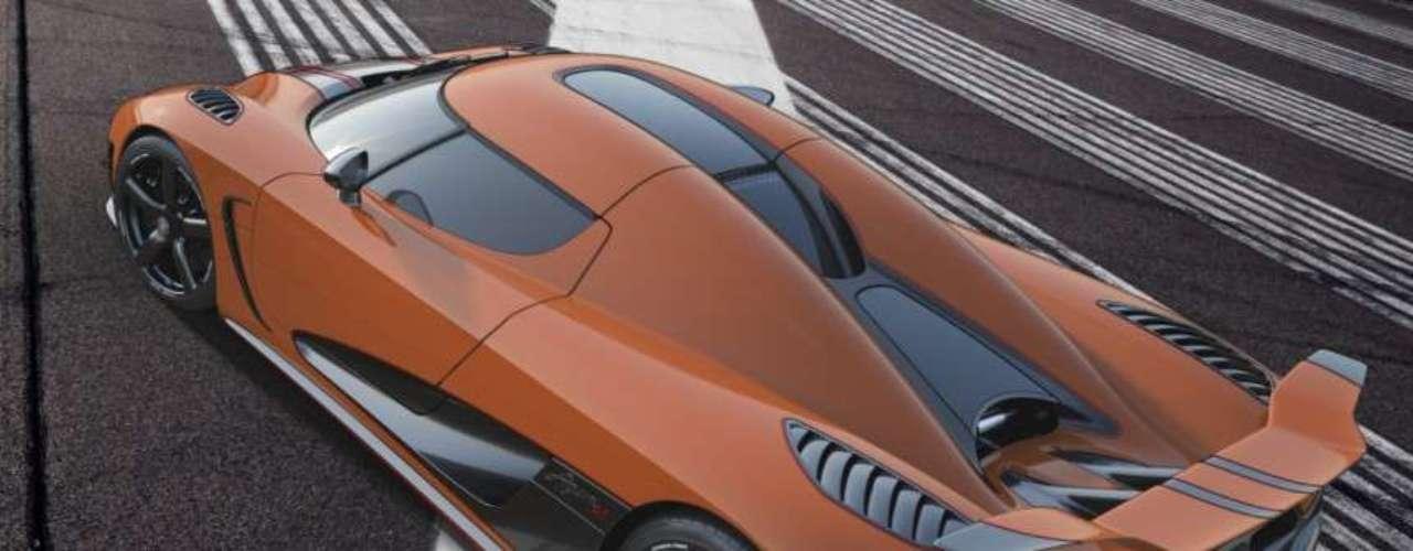 A medida que el Koenigsegg Agera R 2013 sea un coche flexfuel, también se podrá ejecutar con gasolina normal. Como el combustible de 95 octanos tiene menos octanaje que el etanol E85, la potencia se reduce a 960 hp con 1,100 nm de par debido a que la presión de sobrealimentación y la temporización del encendido están alteradas para que coincida con las características del combustible.