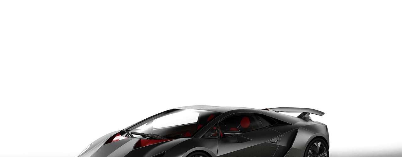 Dinámica sin compromisos desde el primer momento: el diseño del Lamborghini Sesto Elemento muestra la sensualidad de alto rendimiento y posee la elegancia de la pura potencia sin adulterar.