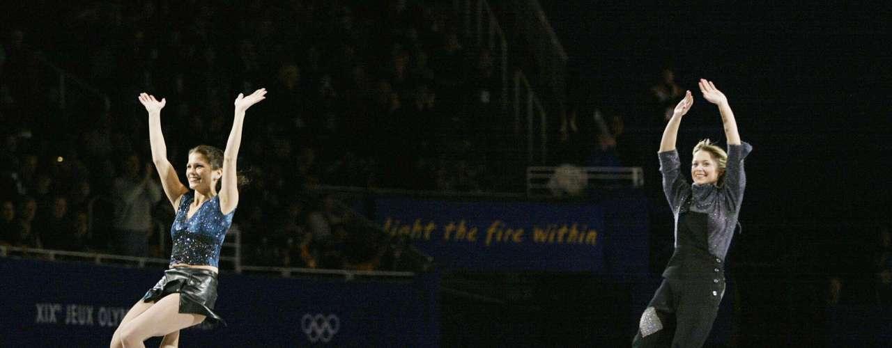 Mientras que en la competición de patinaje artístico por parejas, el oro recayó en la pareja rusa formada por Yelena Berezhnaya y Anton Sikharulidze por encima de la pareja canadiense compuesta por Jamie Salé y David Pelletier. Sikharulidze había cometido cuando menos un error grave durante su actuación, pero cinco de los nueve jueces dieron como vencedora a la pareja rusa.