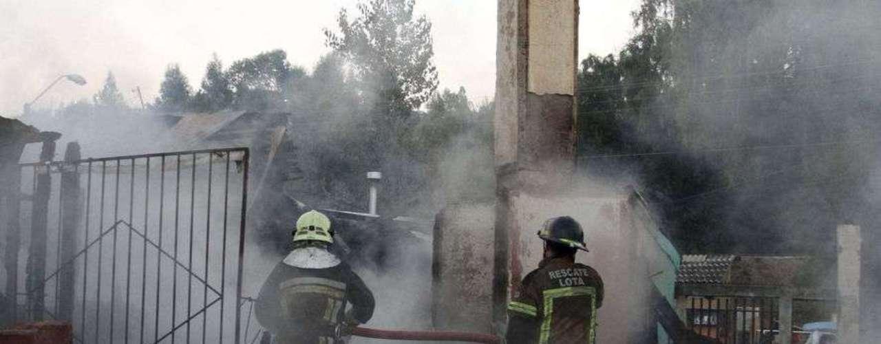Un muerto y 24 casas quemadas dejo como consecuencia un incendio en la población Bannen de Lota, El fatídico acontecimiento se inicio alrededor de las 3 de la madrugada, personal de bomberos encontró el cuerpo de un adulto mayor entre los restos del incendio, hasta el momento sería la única victima.