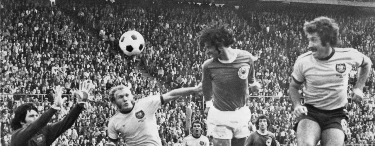 Su primer Mundial se remonta a 1974, le tocó la fortuna de compartir grupo con las alemanias, del este y oeste, con las cuales cayó pero le alcanzó a sacar un empate a Chile para sumar su primer punto en la historia.