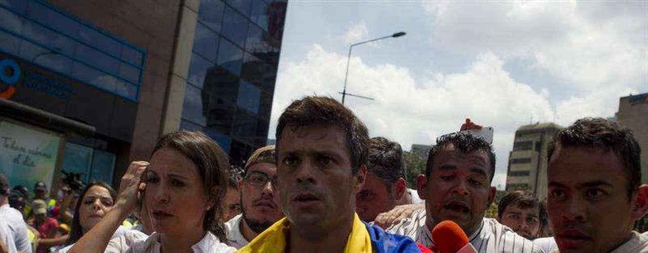 El dirigente opositor venezolano Leopoldo López se entrega a miembros de la Guardia Nacional (GNB, policía militarizada) en una plaza en Caracas (Venezuela).