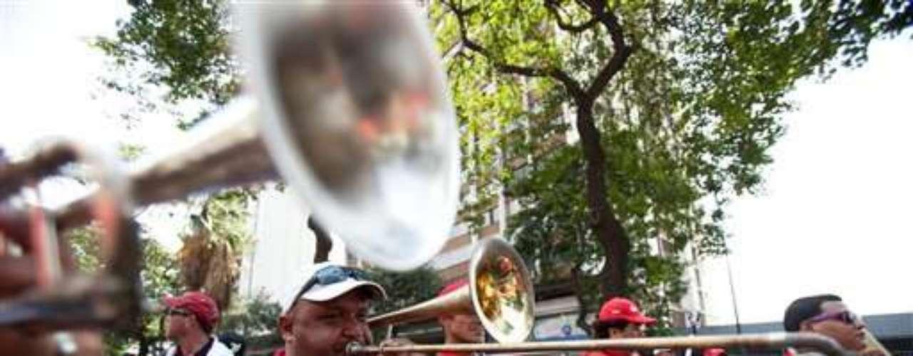 Empleados de Petróleos de Venezuela marchan a favor del gobierno durante una marcha en Caracas, que coincide con una manifestación de opositores.