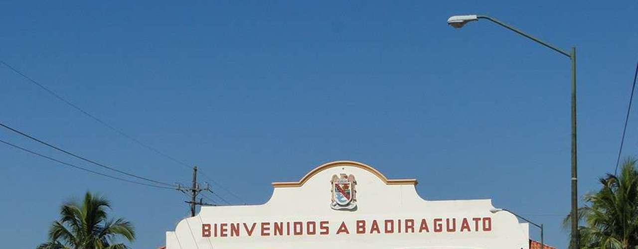 Joaquín Guzmán Loera nació el 4 de abril de 1957 en la localidad de la Tuna, perteneciente al municipio de Badiraguato, una población que cuenta con 214 habitantes y está ubicada a mil 53 metros de altitud. Hay un analfabetismo en adultos del 4.67 por ciento; cuenta con 45 viviendas de las cuales sólo en cuatro cuentan con computadora.