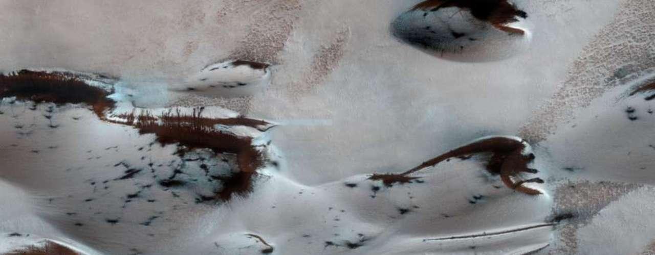 El jueves 6 de marzo, la NASA difundió una imagen donde se muestra cómo las dunas de Marte emergen en primavera.