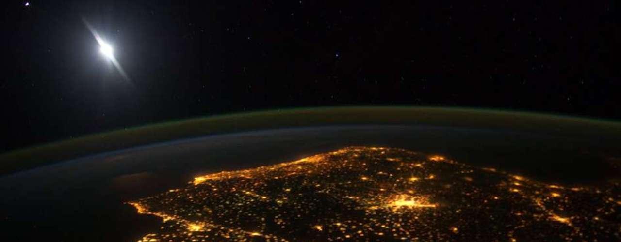 También el 7 de marzo, la Agencia Espacial Europea (ESA) difundió una fotografía tomada por la Estación Espacial Internacional (EEI) que muestra el brillo nocturno de la Península Ibérica.