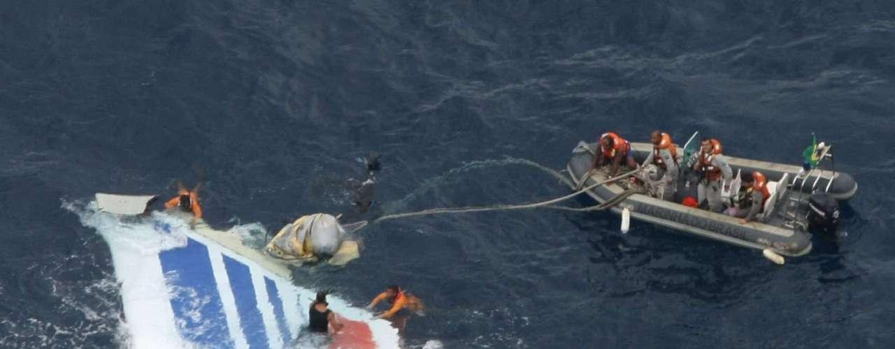 El 1 de junio de 2009 murieron los 228 ocupantes de un Airbus A-330 de Air France que había desaparecido en pleno vuelo, cuando viajaba desde Río de Janeiro a París. Los restos del avión siniestrado aparecieron en aguas del Atlántico, a unos 650 kilómetros del archipiélago brasileño de Fernando de Noronha.