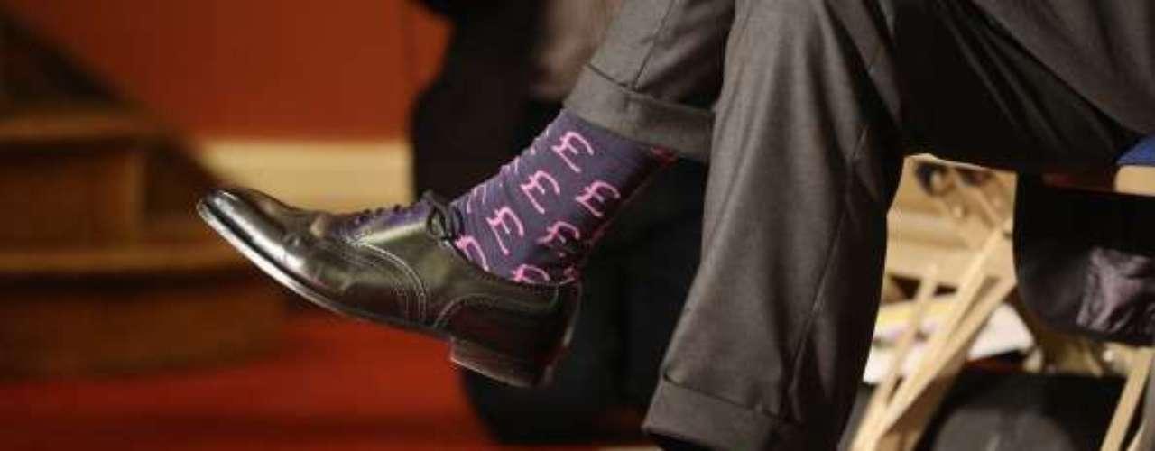 5. Mantener puestos los zapatos y calcetines. Muchos pasajeros acostumbran a despojarse del calzado para hacer más cómodo el viaje. Pero si mantienes puestos los zapatos, será más fácil desplazarse para evacuar y evitarás posibles lesiones por restos en el piso, como cristales o fierros.