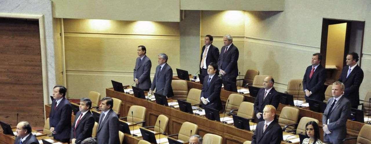 La diputada del Partido Comunista, Camila Vallejo, se negó a rendir un homenaje  en la Cámara Baja al asesinado senador de la UDI, Jaime Guzmán, al cumplirse 23 años del crimen. Mientras los parlamentarios se pusieron de pie durante el minuto de silencio, la legisladora de  La Florida permaneció sentada.