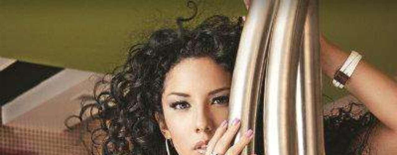 Brissia Mayagoitia.-En algunas de sus fotos en la revista la acompaña otra mujer. \