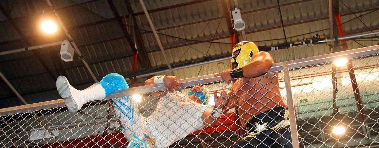 Una emocionante función se vivió en el 71 aniversario de la Arena Coliseo, donde Astral arrebató la máscara a Pequeño Halcón tras una larga eliminatoria de 10 gladiadores en jaula.
