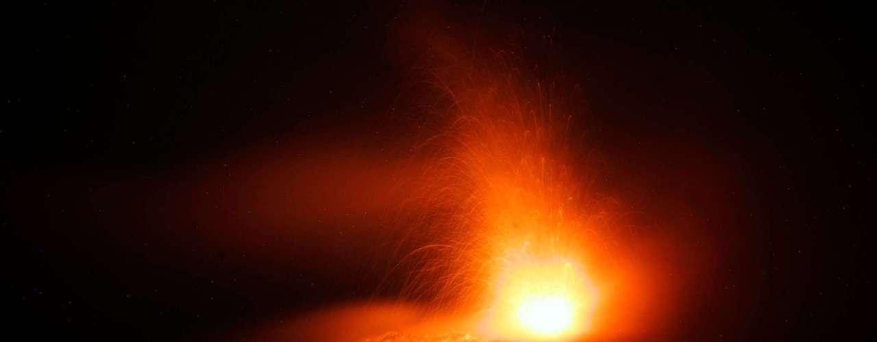 ERUPCIÓN VOLCÁNICA: El impresionante espectáculo que brindan estas poderosas montañas es único.Una erupción volcánica es una emisión violenta en la superficie terrestre de materias procedentes del interior del volcán. Hay varioscolosos distribuidospor todo elmundoyofrecen tanto impactantes espectáculos, como la desafortunada amenaza al ser humano.