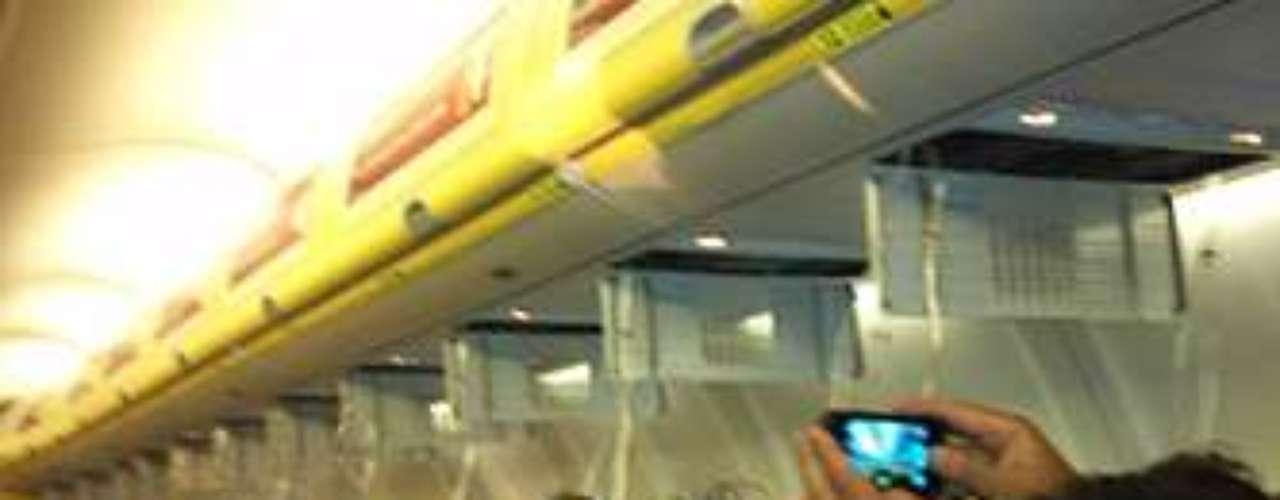 Foto del momento en que se abrieron los compartimentos de las mascarillas en el avión de Ryanair.