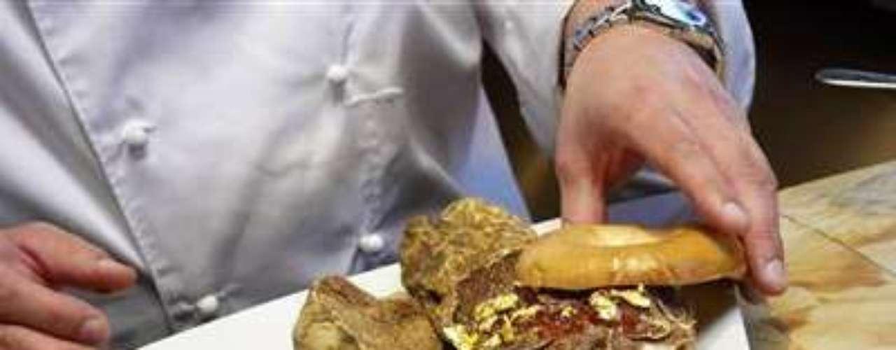Bagel de trufa. Frank Tujague, chef neoyorkino, creó una versión de lujo de uno de los platillos más populares en Nueva York. Este bagel contiene queso crema de trufa blanca y jalea de bayas goyi con hojas doradas. Cuesta mil dólares, y las ganancias fueron destinadas a proveer becas para estudiantes de cocina.