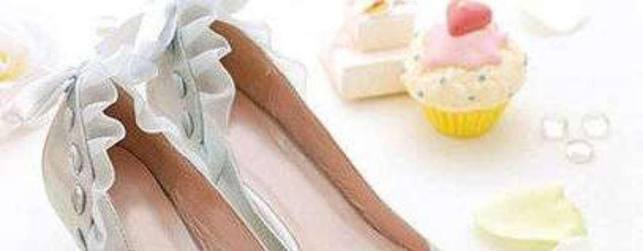 Tiernos zapatos metalizados con ruffle y talones decorados. 35 dólares en shopruche.com