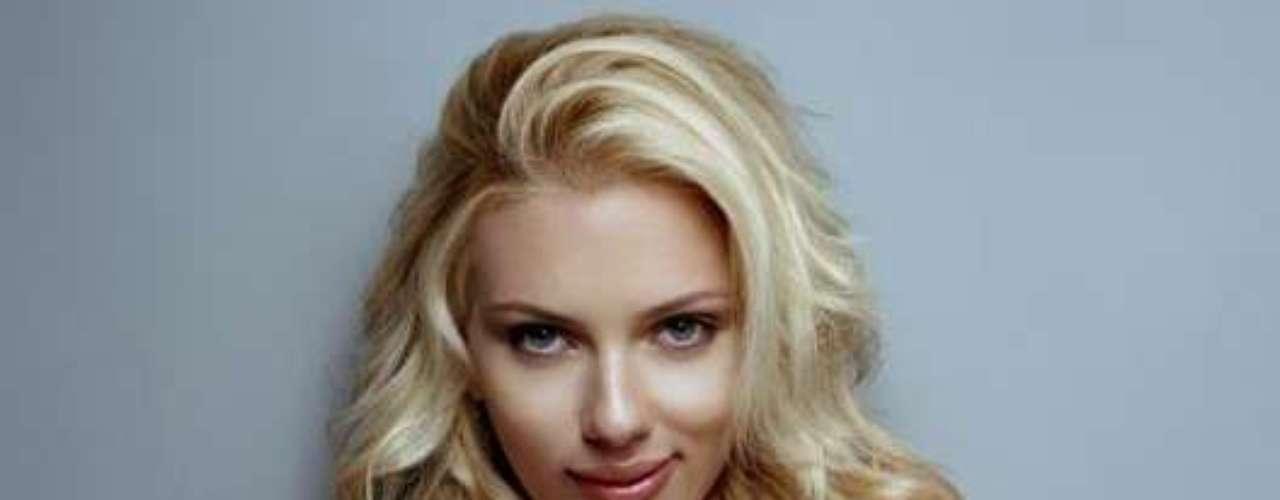 Scarlett Johansson, en el puesto seis, a sus 27 años, es una de las famosas más deseadas del mundo y no fue la excepción en este sensual ranking de celebridades.