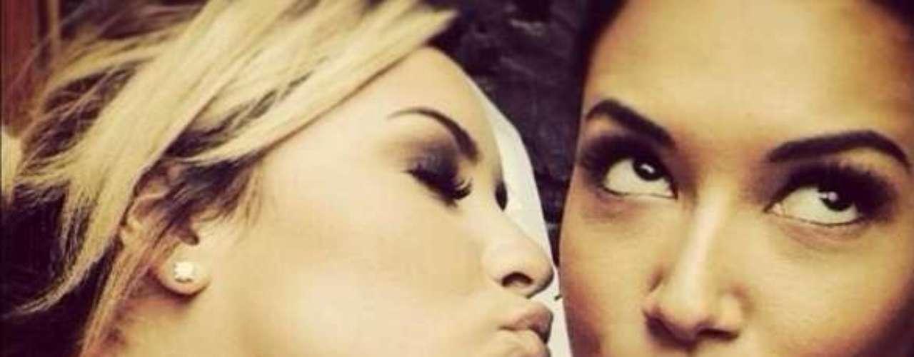 2 de Octubre - Demi Lovato se está tomando muy en serio su papel de chica lesbiana en 'Glee'. Demi nos compartió esta sensual y tierna foto de ella junto a Naya Rivera mientras se encuentran en el set de grabación del seriado donde está a punto de darle un beso. ¡Qué atrevidas!