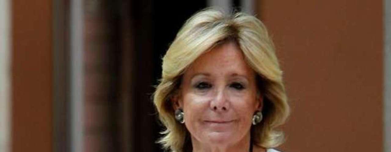 La presidenta de la Comunidad, Esperanza Aguirre, a su llegada este mediodía a una rueda de prensa en la que ha anunciado que dimite de su cargo de jefa del Gobierno madrileño y como diputada en la Asamblea de Madrid.