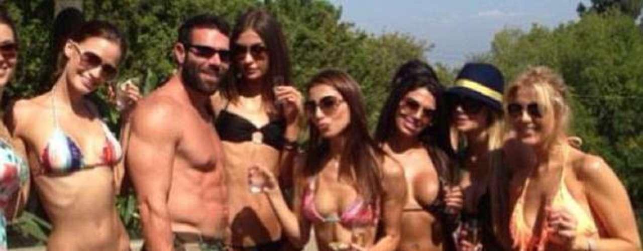 El millonario Dan Bilzerian (@ danbilzerian) vive como un rey. Diariamentepublica fotos de fiestas extravagantes con mucha bebida y mujeres. Muestra su colección de armas, coches,aviones y especialmentelos miles de dólares que guarda en casa. Fue apodado por sus seguidores-más de 100.000- comoel \