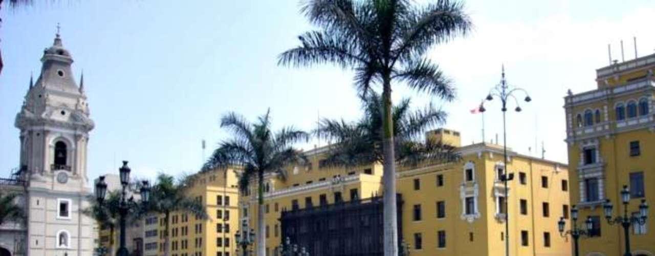 Cientos de lugares interesantes para visitar puedes encontrar en Lima, desde lugares históricos, ambientes naturales, hasta las más modernas estructuras hacen de la capital peruana una de las capitales más interesantes del mundo. Planifica tu visita a algunos de estos sitios de gran interés turístico.