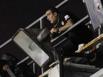 Un técnico trata de arreglar los focos del Estadio de Vallecas Foto: Reuters en español