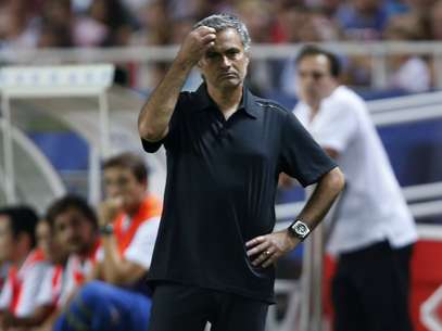 Real Madrid's coach Jose Mourinho reacts during their Spanish First Division soccer match against Sevilla at Ramon Sanchez Pizjuan stadium in Seville September 15, 2012. REUTERS/Marcelo del Pozo (SPAIN - Tags: SPORT SOCCER) Foto: Marcelo del Pozo / REUTERS