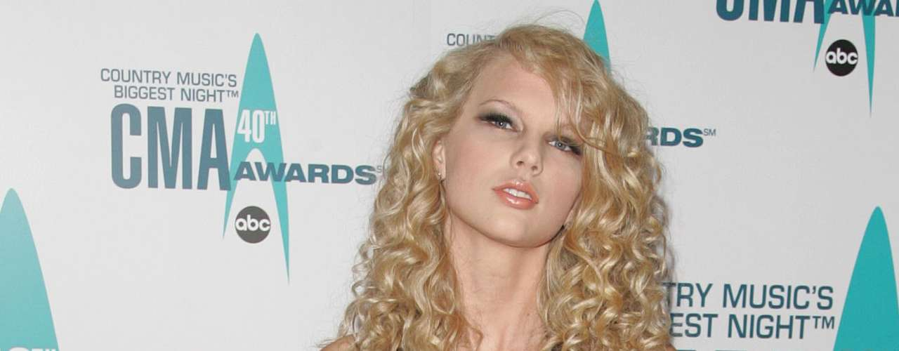 Hace unos años Taylor pensaba que ser elegante era llevar un vestido de satin negro, en corte tipo sirena y con guantes largos. Este look era más apropiado para una mujer seductora que para una chica que acude a una entrega de premios.