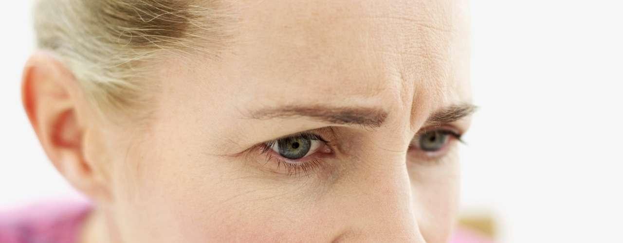 Comerse las uñas: No es un hábito higiénico, ya que las uñas entran en contacto con el teclado, las puertas, los animales, los baños, entre otros objetos llenos de suciedad. Masticar la cutícula puede ocasionar una infección. Esta manía puede ser un signo de problemas emocionales, como el estrés o la ansiedad. Para eliminar esa adicción, pruebe productos que dejan un mal sabor en las uñas y mantenga la boca ocupada con chicles. Intente diagnosticar qué desencadena ese deseo. Si se siente ansiosa o nerviosa, consulte un psicólogo.