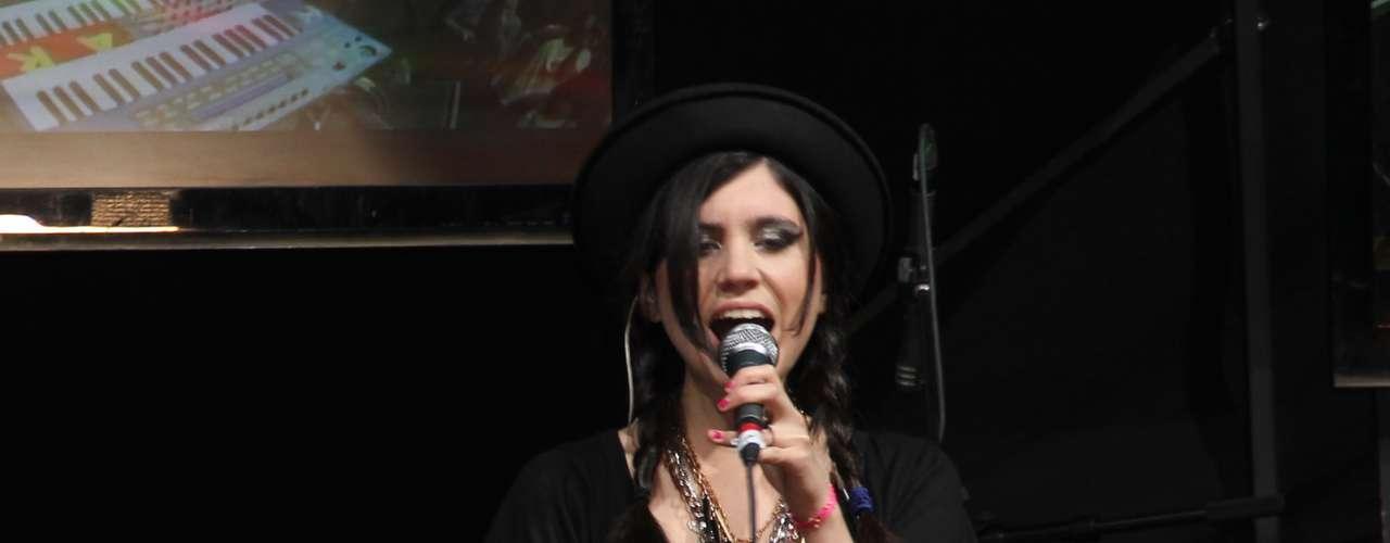 Javiera Mena se encargó de fortalecer la presencia femenina en una transmisión más de Terra Live Music Studio.