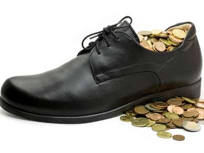 Si prefieres no usar monedas y colocar un billete dentro de tu zapatos, puedes hacerlo. La variación no afecta el ritual. Foto: Thinkstock.com