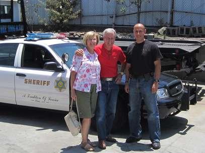 Robert Russell, centro, posa flanquedado por su esposa y por el detective Carlos Ortega luego de encontrar en Los Angeles. Foto: Departamento del Alguacil del condado de Los Angeles / AP