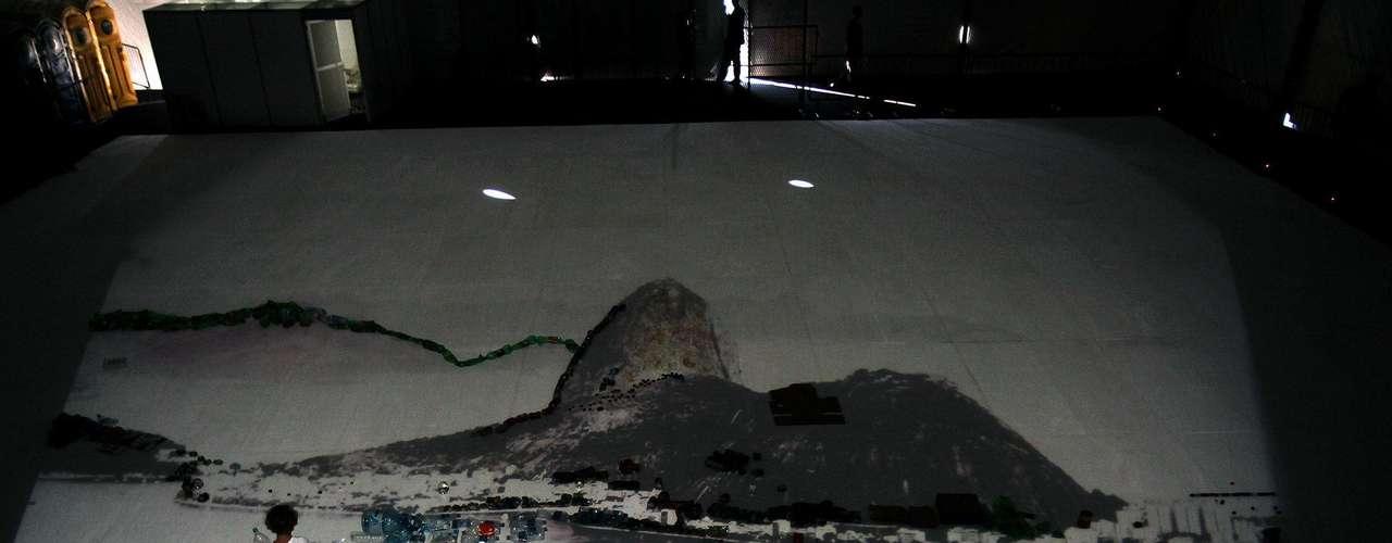 """El artista brasileño Vik Muniz proyectó el panel """"Paisaje"""" para recrear la Bahía de Guanabara a partir de material reciclable durante el evento paralelo a la Rio+20. El público debe llevar materiales reciclables como botellas de plástico o latas de aluminio (limpio), a la tienda de campaña en la que el trabajo será instalado."""